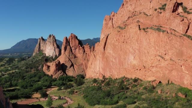 Rock formations and Cheyenne Mountain, Garden of the Gods, Colorado Sprinbgs, Colorado, USA