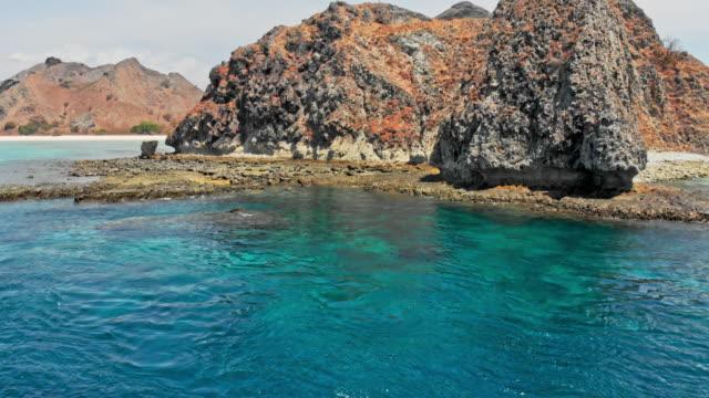 klippformationer på isalnd på bali - turistbåt bildbanksvideor och videomaterial från bakom kulisserna