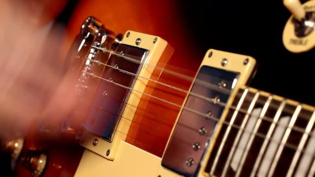 vídeos de stock, filmes e b-roll de rock on! mulher tocando guitarra elétrica - música acústica