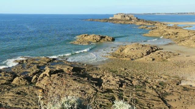 vidéos et rushes de roches et plage de saint malo bretagne. la france - bretagne
