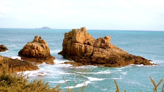 stockvideo's en b-roll-footage met rotsachtige kust van de atlantische oceaan in bretagne, frankrijk - rocks sea