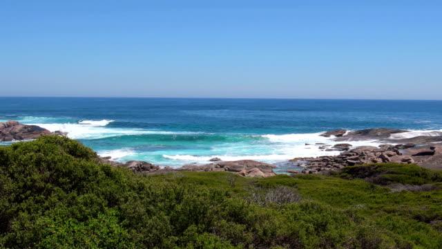 stockvideo's en b-roll-footage met rotsachtige baai aan contos beach in de buurt van margaret river. indische oceaan, west-australië - leeuwin