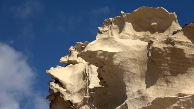 vídeos y material grabado en eventos de stock de costa rocosa y paisaje volcánico, fuerteventura, islas canarias, 4k - basalto