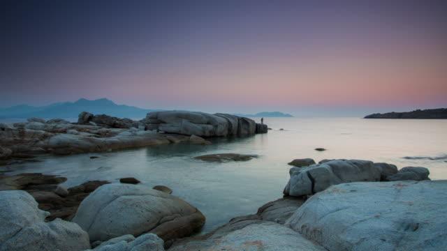 vídeos de stock e filmes b-roll de time lapse: rocky costa na ilha de córsega - maré