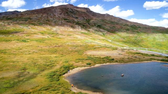 vídeos de stock, filmes e b-roll de rocky mountain sobrevoar o lago alpino alta acima de independência passe perto de aspen, colorado na cordilheira de alce - independence pass