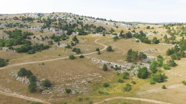 antenne: rocky mountain plateau - hochplateau stock-videos und b-roll-filmmaterial