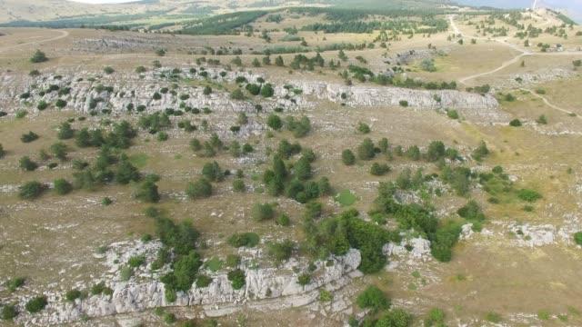 vídeos de stock e filmes b-roll de aerial: rocky mountain plateau - multicóptero