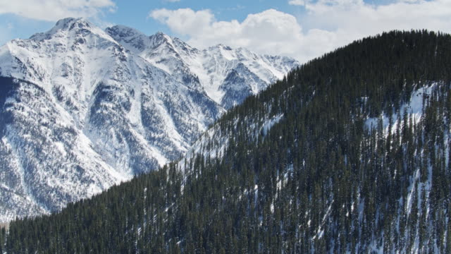 stockvideo's en b-roll-footage met rotsachtige berghellingen in de winter-drone shot - sneeuwkap