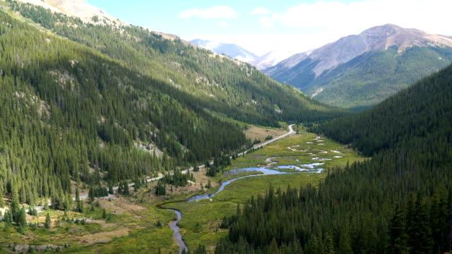 vídeos de stock, filmes e b-roll de rocky mountain valley, perto de aspen, colorado - condado de pitkin