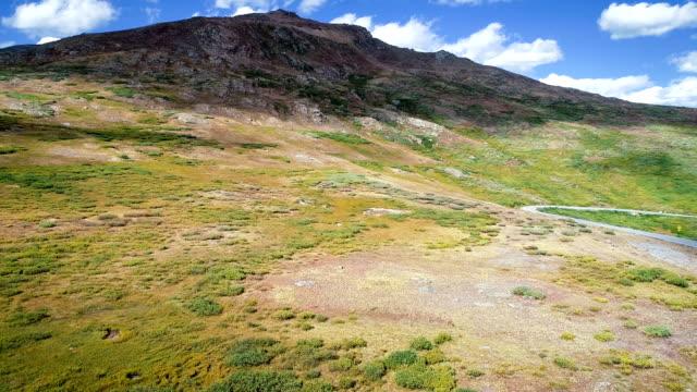 vídeos de stock, filmes e b-roll de montanhas rochosas acima passe independência rumo a montanha pico - independence pass