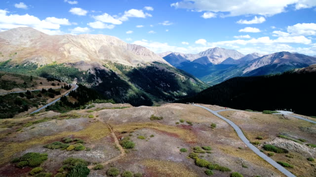 vídeos de stock, filmes e b-roll de montanhas rochosas, mudando ao longo da borda do grande passe para aspen, colorado - independence pass