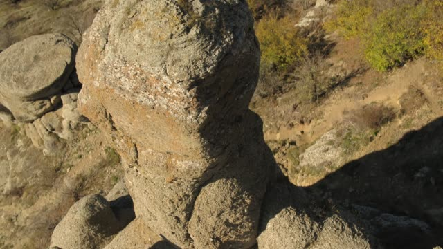 vídeos de stock, filmes e b-roll de afloramento rochoso nas montanhas de acima. tiro. vista aérea - penedo