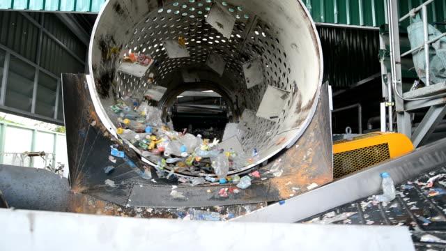 rulle och trommel screening maching separera skräp för återvinning - pet bottles bildbanksvideor och videomaterial från bakom kulisserna