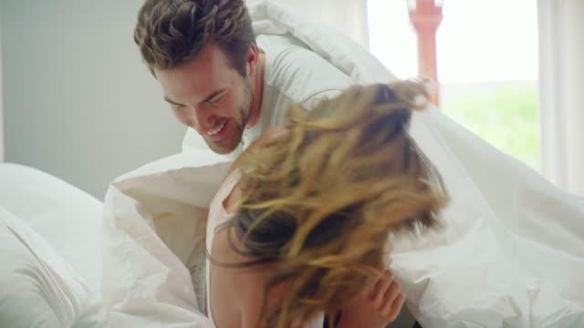 시트에 주위 압 연 - 이성 커플 스톡 비디오 및 b-롤 화면