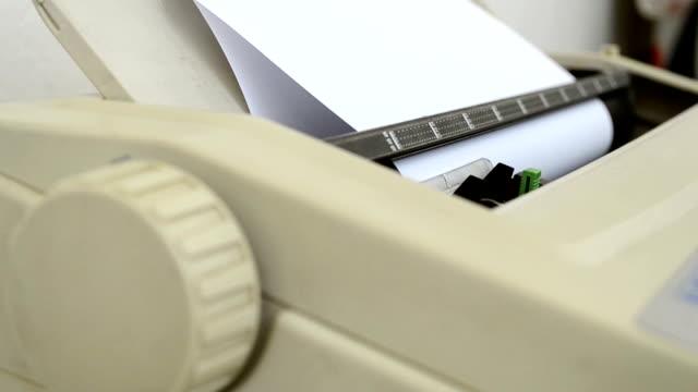 Rollen Sie sich ein Blatt Papier – Video