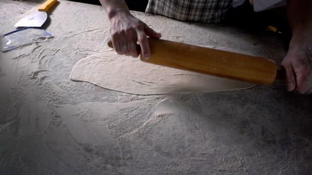 トルコピタを作るために小麦粉で生地をロールアウト - 自家製点の映像素材/bロール