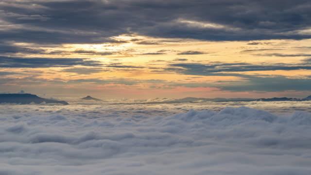 rollende geschwollene wolke über dem berg am morgen - langsam stock-videos und b-roll-filmmaterial