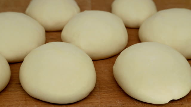 rolls of yeast dough. buns increase in size, time lapse - pane forno video stock e b–roll