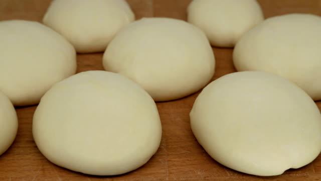 vidéos et rushes de rouleaux de pâte à levures. les pains augmentent en taille, laps de temps - four