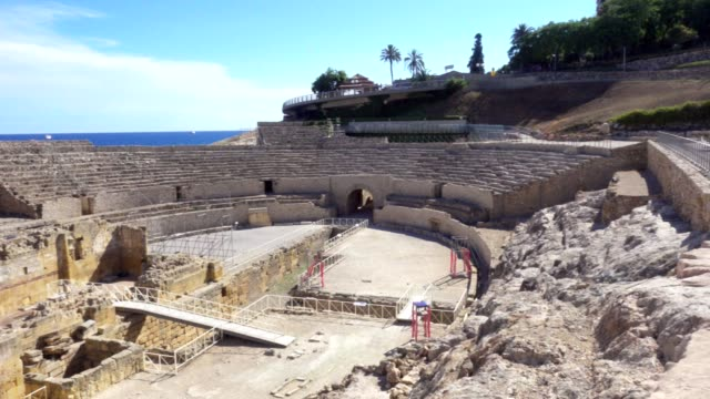 roman amphitheatre in tarragona, costa dorada, catalonia, spain - archeologia video stock e b–roll