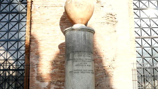 vidéos et rushes de amphore romaine sur la colonne de marbre, rome - picto urne