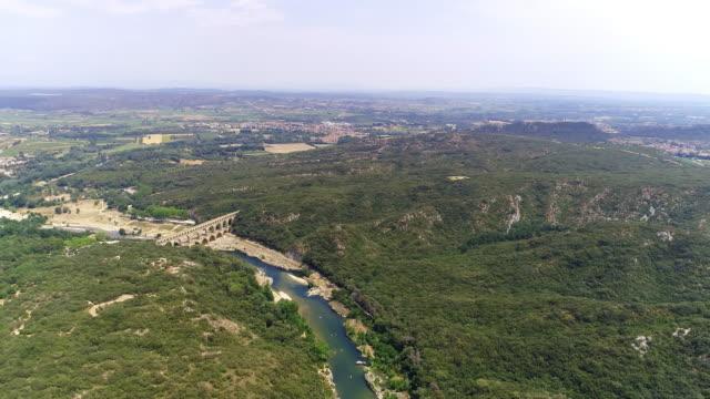 stockvideo's en b-roll-footage met het romeinse aquaduct van de luchtbrug de pont du gard - pont du gard
