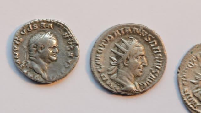 monete romane - stile classico romano video stock e b–roll