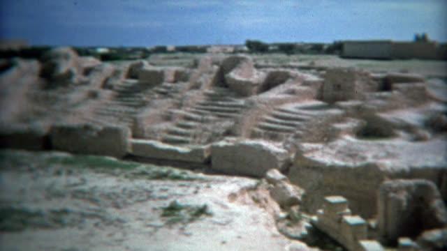 tunisi, tunisia 1972: come il colosseo romano tour delle rovine archeologiche sito storico. - colosseo 1900 video stock e b–roll