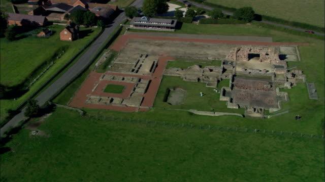 ruderi romani a wroxeter-vista aerea-inghilterra, shropshire, regno unito - stile classico romano video stock e b–roll