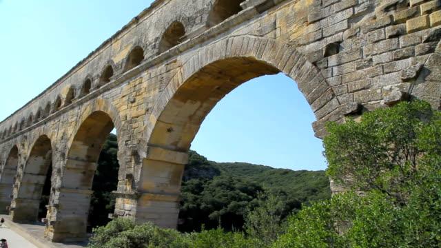 stockvideo's en b-roll-footage met roman ruins of pont du gard - pont du gard