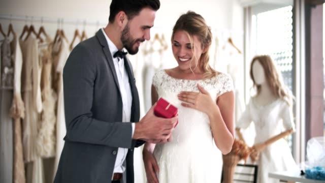 ロマンス若い新郎新婦 - 結婚式点の映像素材/bロール