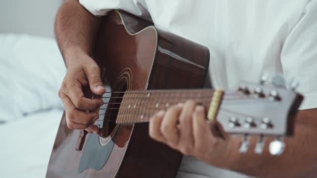 cu : romantisk asiatisk senior man spelar gitarr för vacker senior kvinna - akustisk gitarr bildbanksvideor och videomaterial från bakom kulisserna