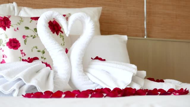 hd-romantische schlafzimmer einrichtung mit handtuch und rose - schwan stock-videos und b-roll-filmmaterial