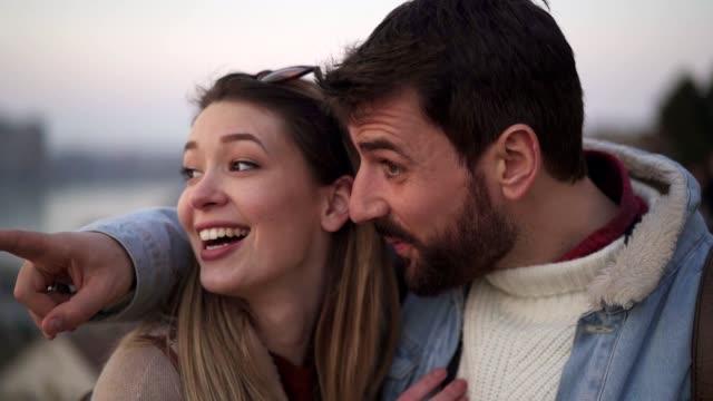 美しい景色のために彼女のガールフレンドを指し示すロマンチックなボーイフレンド ビデオ