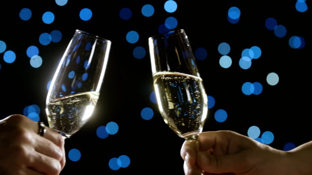 romantische glas champagner paar - anstoßen stock-videos und b-roll-filmmaterial