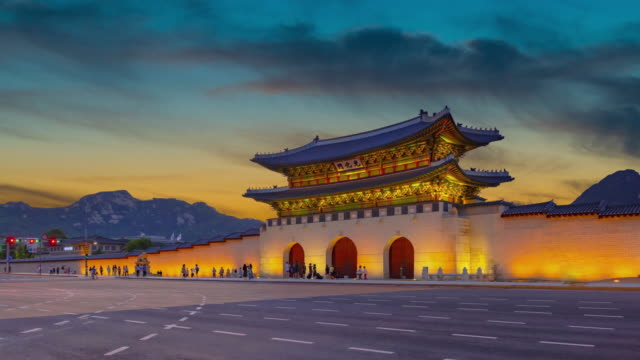 vídeos de stock, filmes e b-roll de pôr do sol romântico e colorido no palácio gyeongbukgung, seul, coreia do sul - coreia