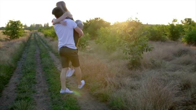 日落的浪漫情侶。在日出或日落時相愛的兩人。男人和女人對場 - {{asset.href}} 個影片檔及 b 捲影像