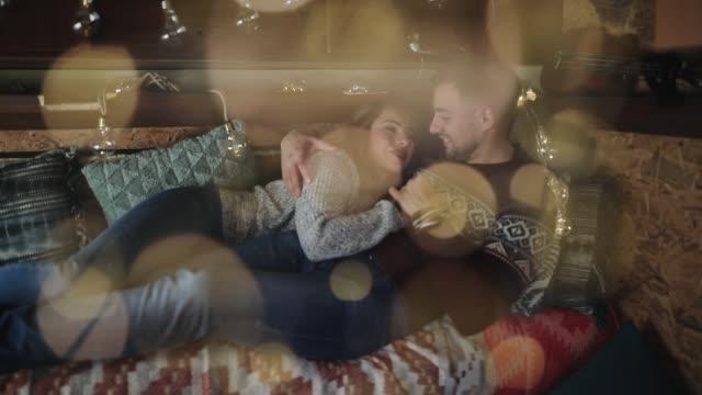stockvideo's en b-roll-footage met romantisch koppel viert kerstmis - caravan