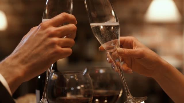 浪漫情侶一起慶祝和敬酒 - 高雅 個影片檔及 b 捲影像