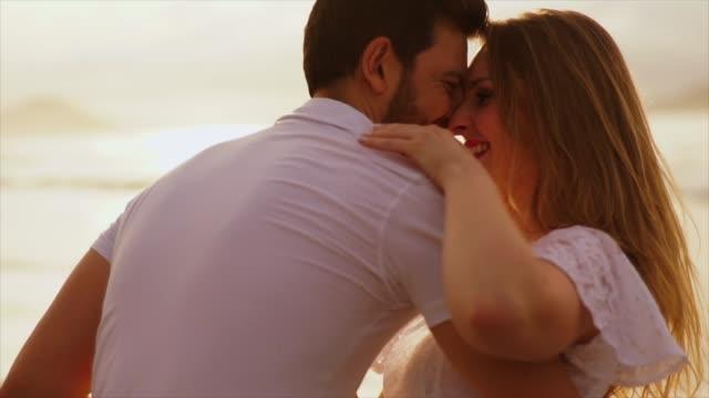 romantiskt par omfamna på stranden - pojkvän bildbanksvideor och videomaterial från bakom kulisserna