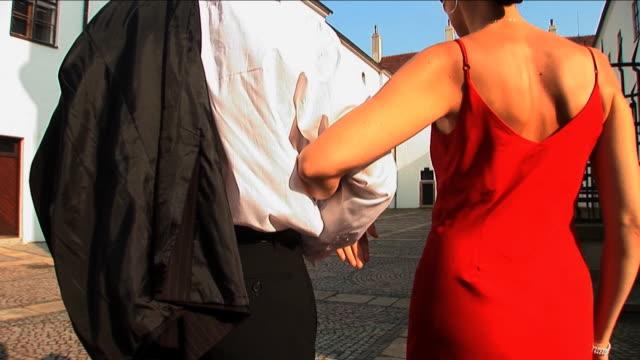 ロマンチックなカップルのイブニングドレスで、ヨーロッパ風の中庭 ビデオ