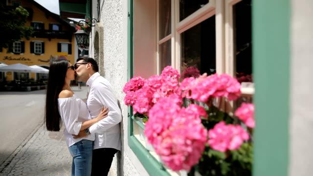 ヨーロッパの美しい場所にロマンチックなカップル - キス点の映像素材/bロール