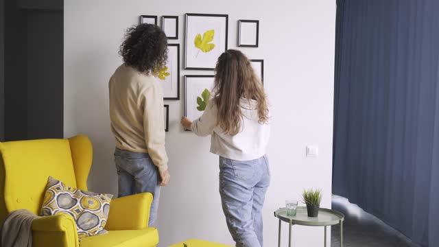 romantiskt par i jeans och pullovers hänger ramar i platt - hänga bildbanksvideor och videomaterial från bakom kulisserna