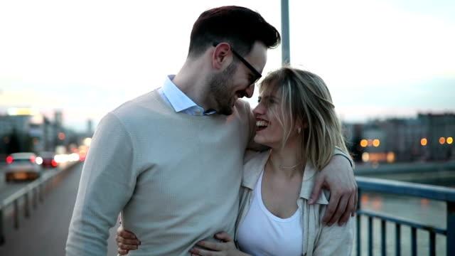 로맨틱 커플 야외 석양에 키스 하 고 포옹 사랑에 - 이성 커플 스톡 비디오 및 b-롤 화면