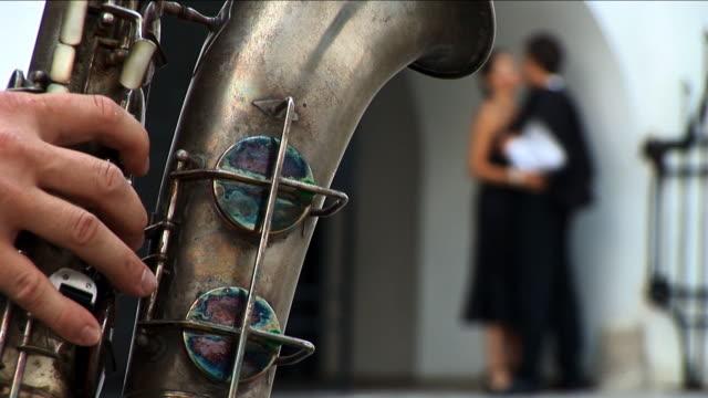 ロマンチックなカップルに、サクソフォン奏者のミュージシャン ビデオ