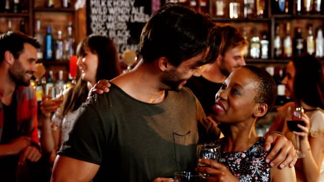 vídeos de stock, filmes e b-roll de casal romântico, interagindo, tendo um copos de álcool - 20 24 anos