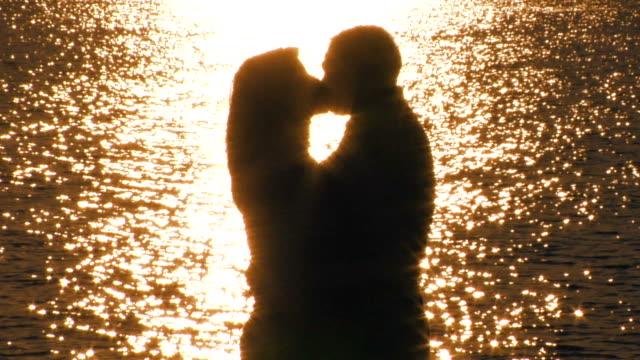 ロマンチックなカップルはビーチです。 ビデオ