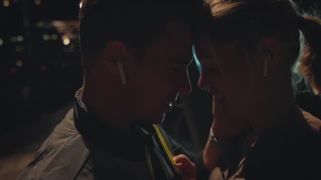 お互いに近くに立っているロマンチックなカップル - 対面点の映像素材/bロール