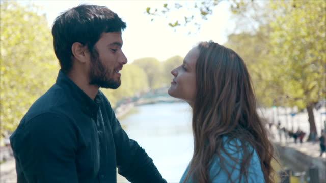 romantisk datum i paris (slow motion) - passion bildbanksvideor och videomaterial från bakom kulisserna