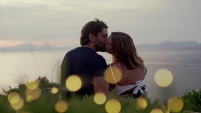 stockvideo's en b-roll-footage met romantische datum op een klif. wachten op zonsondergang - zoen